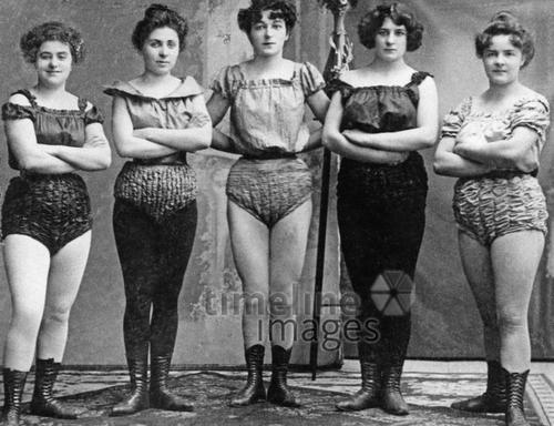 Sportliche Damen um die Jahrhundertwende.